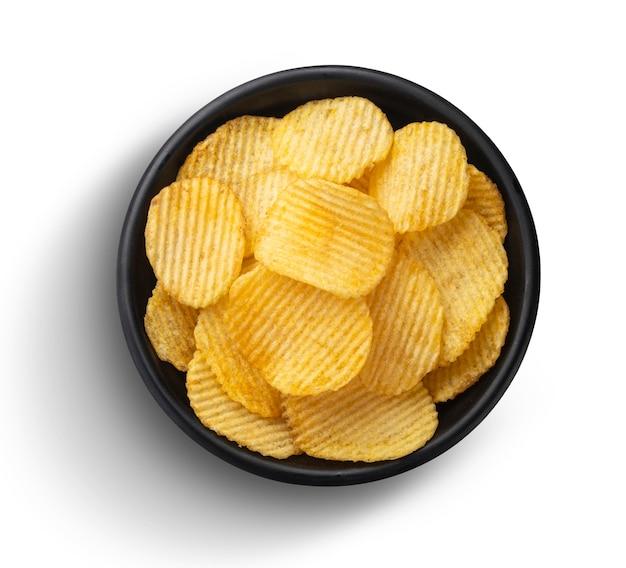 Batatas fritas em uma tigela isolada no fundo branco