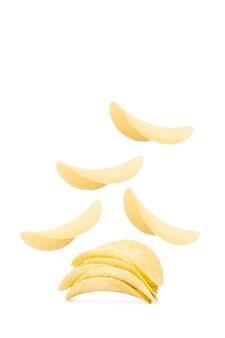 Batatas fritas flutuando em um fundo branco
