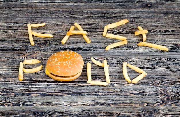Batatas fritas frescas e pães de hambúrguer Foto Premium