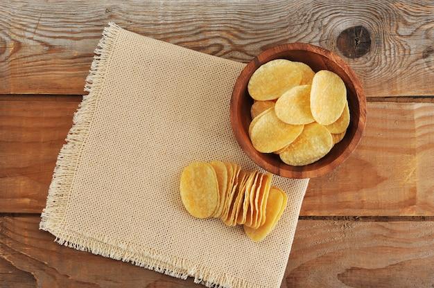 Batatas fritas frescas no prato e batatas fritas