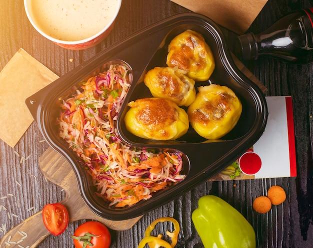 Batatas fritas grelhadas com legumes, salada de repolho cenoura