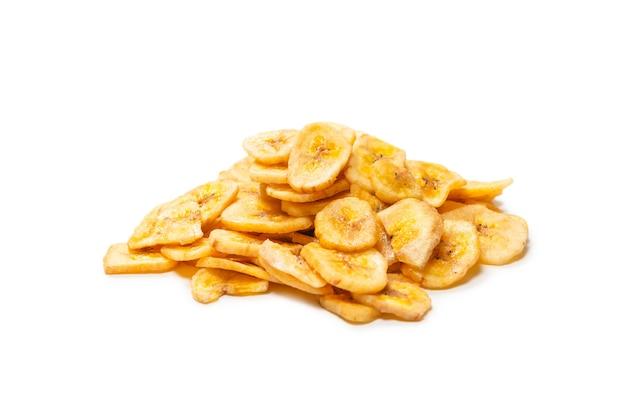 Batatas fritas isoladas em um fundo branco. fatias de banana desidratadas.