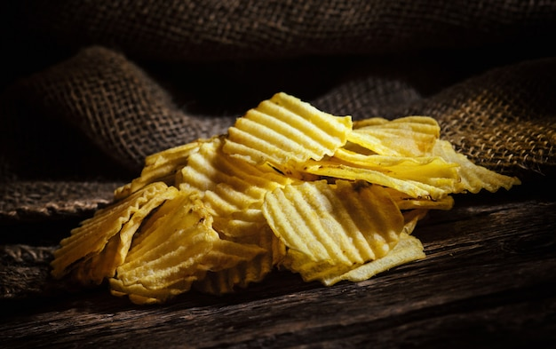 Batatas fritas na mesa de madeira rústica
