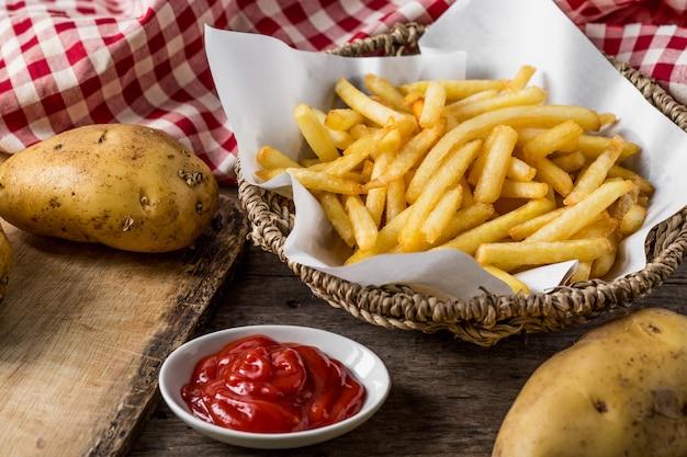 Batatas fritas na mesa de madeira