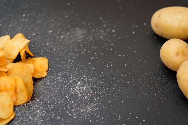Batatas fritas naturais caseiras. salgadinho picante e batata orgânica fresca