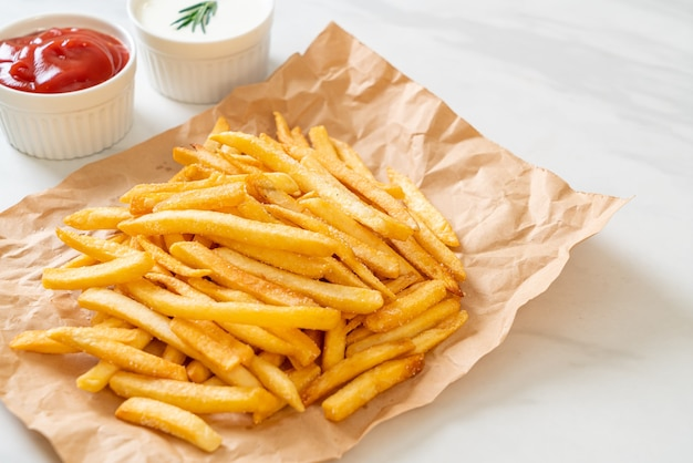 Batatas fritas ou batatas fritas com creme de leite e ketchup