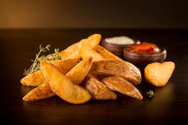 Batatas fritas rústicas com churrasco e maionese