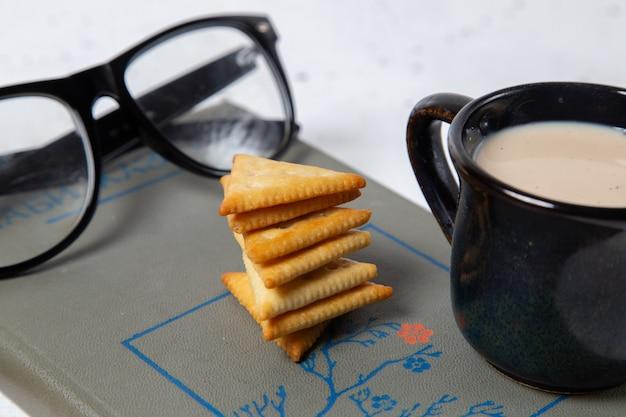 Batatas fritas saborosas de frente com leite e óculos de sol