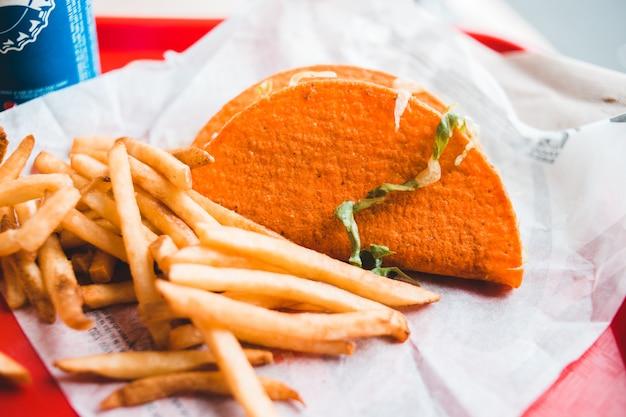 Batatas fritas, tacos e refrigerantes