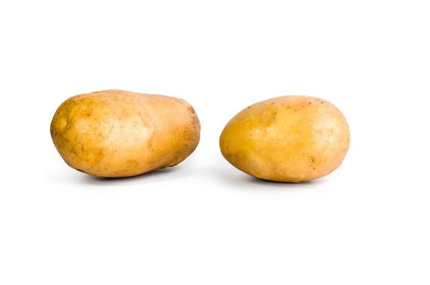 Batatas isoladas em branco, traçado de recorte incluído.