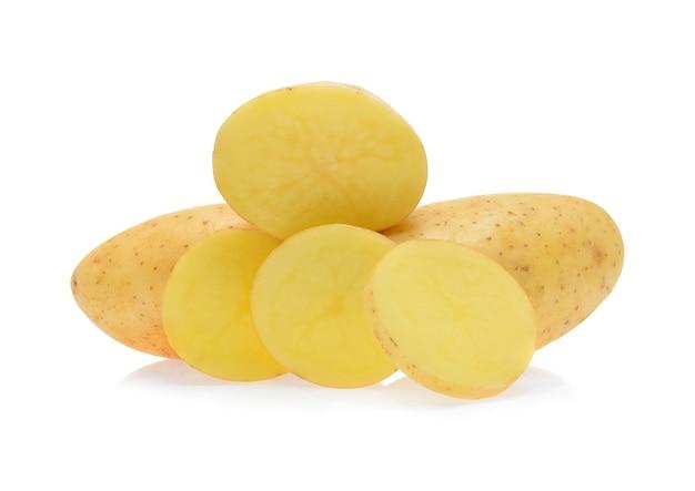 Batatas isoladas em branco.