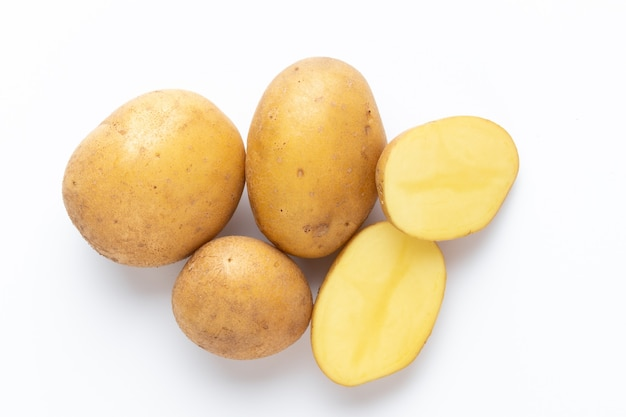 Batatas isoladas em um fundo branco. postura plana. vista do topo.