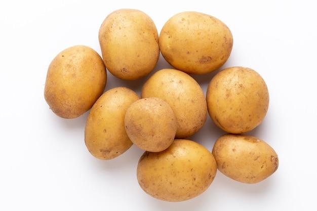 Batatas isoladas na superfície branca. postura plana. vista do topo.