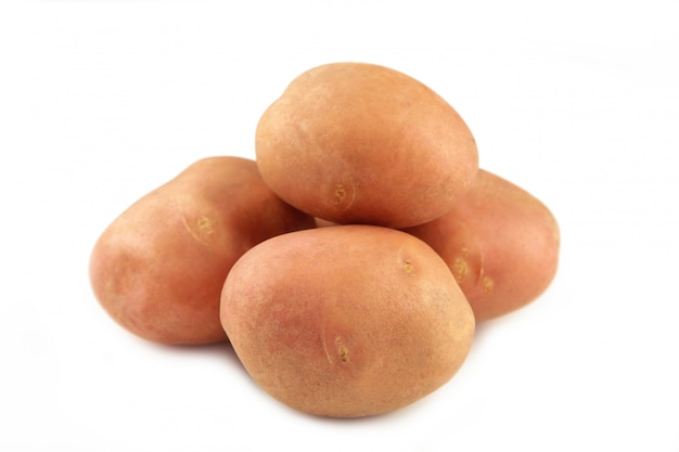 Batatas isoladas no fundo branco close-up. vista do topo