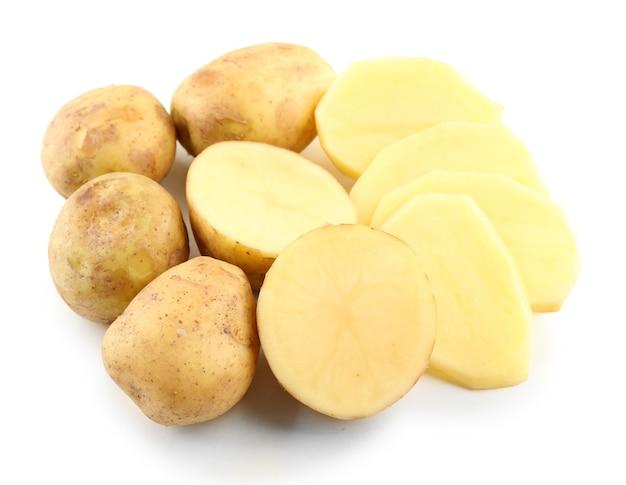 Batatas jovens isoladas em branco