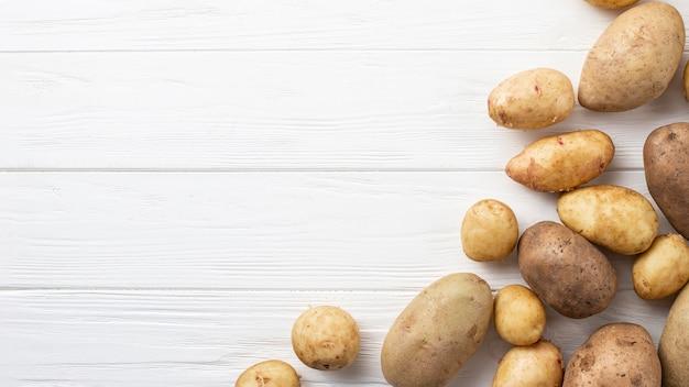 Batatas naturais com cópia-espaço