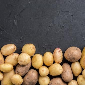 Batatas naturais com espaço de cópia
