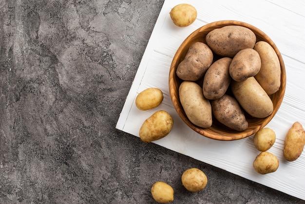 Batatas naturais em tigela