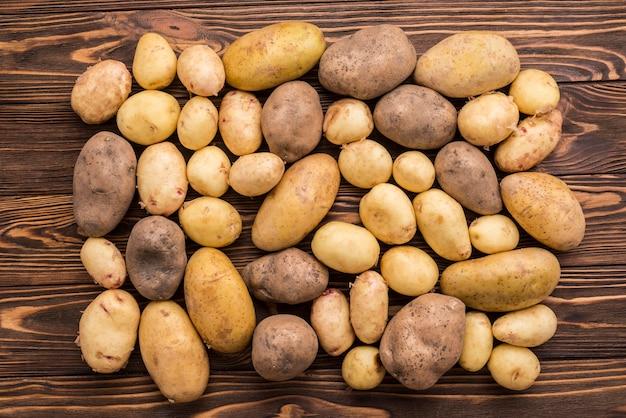 Batatas naturais no chão