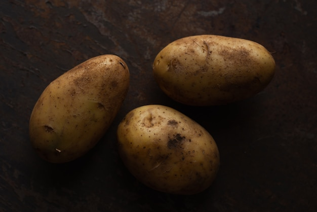 Batatas no chão de metal enferrujado