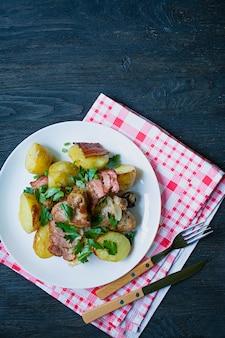 Batatas novas cozidas com carne e vegetais.