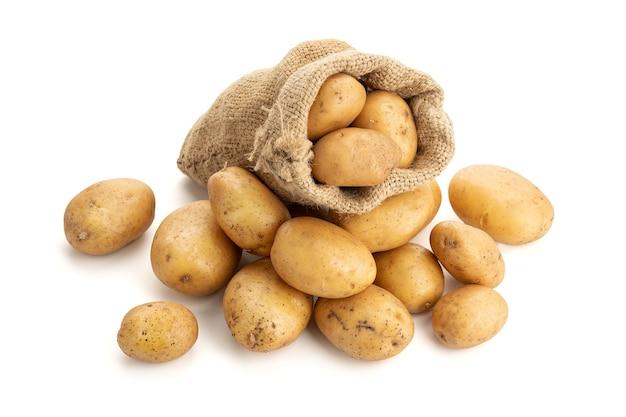 Batatas novas em saco de aniagem, isolado no fundo branco. batata crua