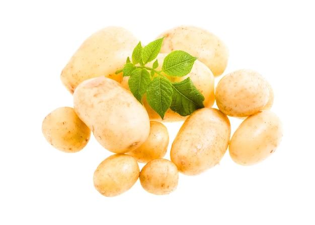 Batatas novas, isoladas no fundo branco