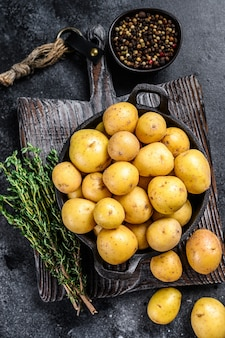 Batatas pequenas inteiras em uma panela