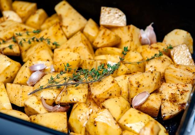 Batatas preparadas para assar com ervas.