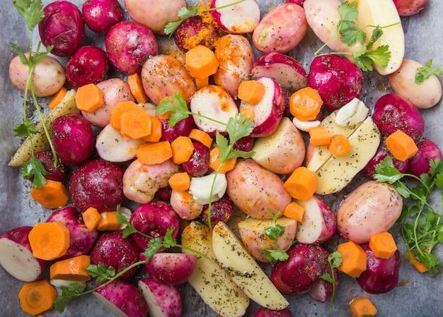Batatas roxas cruas da mistura prontas para ser assadas. vista do topo. cortar imagem. alimento multi colorido