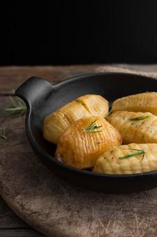 Batatas saborosas de alto ângulo na tigela