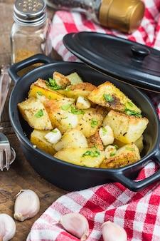 Batatas saborosos com alhos