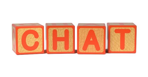 Bate-papo no bloco do alfabeto das crianças de madeira coloridas isolado no branco.