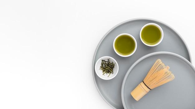 Batedor de bambu de vista superior e chá matcha