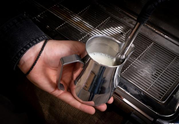 Batendo leite para café em cafeteria