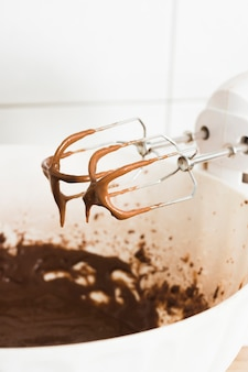 Batendo o chocolate