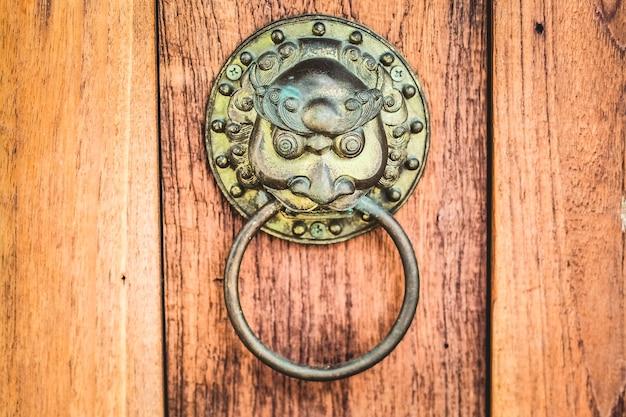 Batente de porta antigo chinês com cabeça de leão de bronze