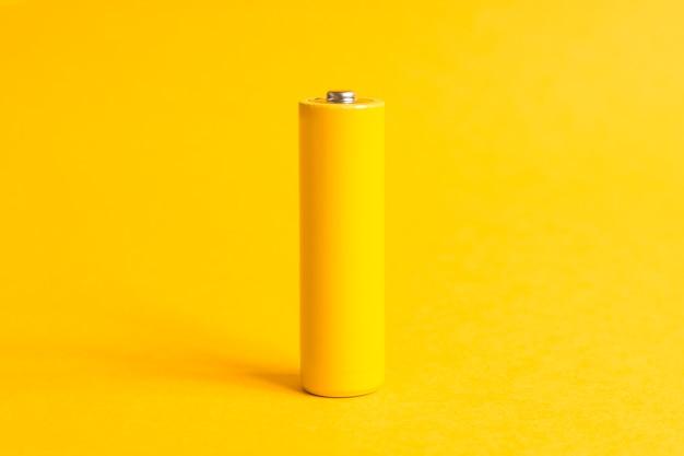 Bateria de energia alcalina amarela em fundo amarelo