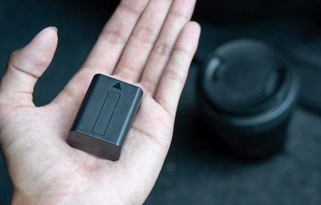 Bateria de lítio por lado com a lente da câmera no fundo