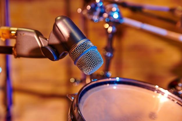 Bateria e microfone em estúdio de música