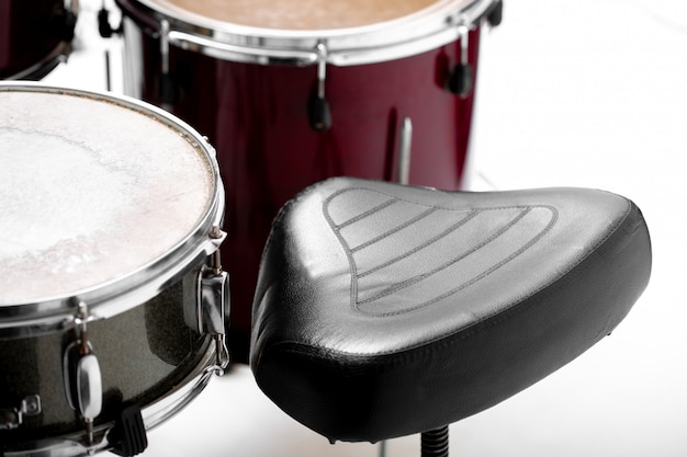Bateria em branco conjunto de instrumentos musicais e cadeira preta