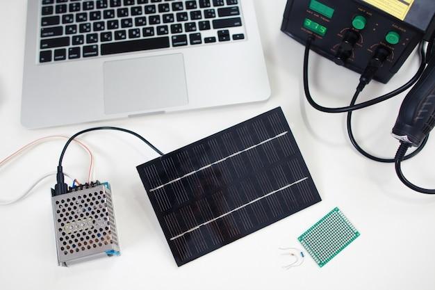 Bateria solar conectada ao transmissor.