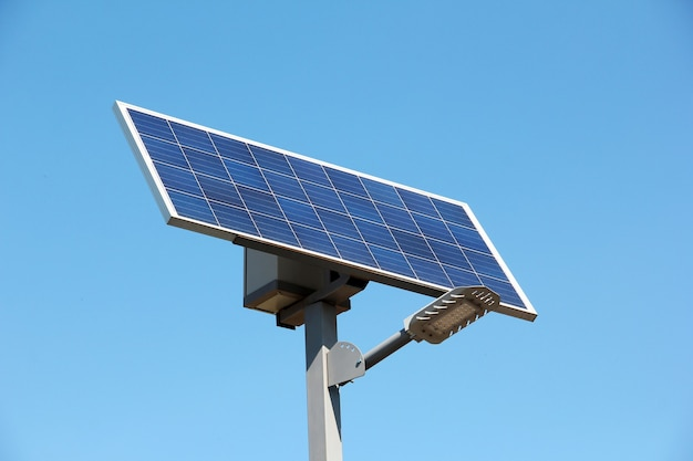 Bateria solar contra o céu