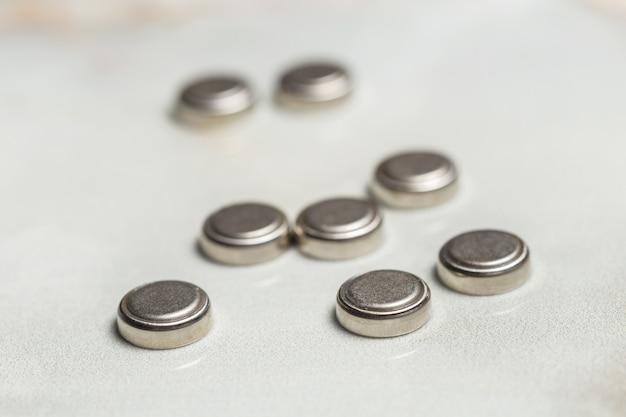 Baterias de lítio isoladas no branco