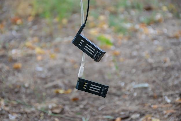 Baterias sobressalentes para o drone são carregadas no banco de energia na floresta.