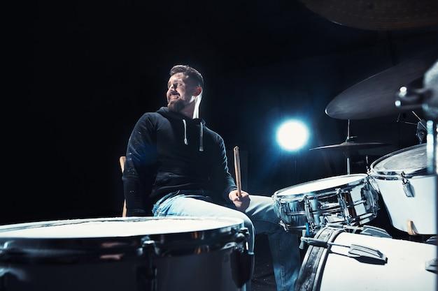 Baterista ensaiando bateria antes do show de rock. homem gravando música