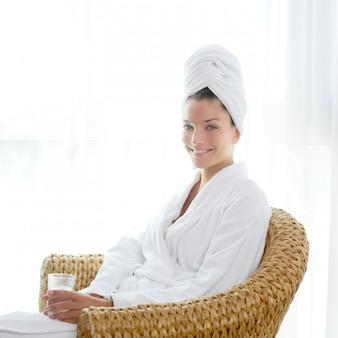 Bathrobl, mulher, sentando, relaxado, segure vidro, de, água