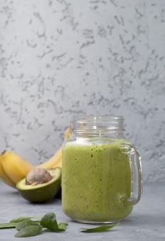 Batido de abacate e banana em frasco de vidro