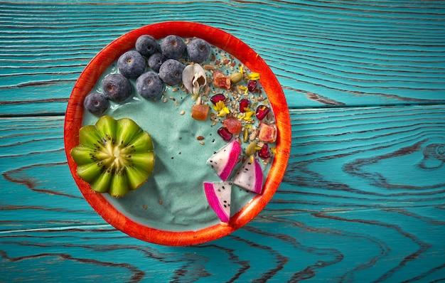 Batido de açaí tigela com sementes de mirtilo kiwi