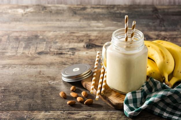 Batido de banana com amêndoa em jarra
